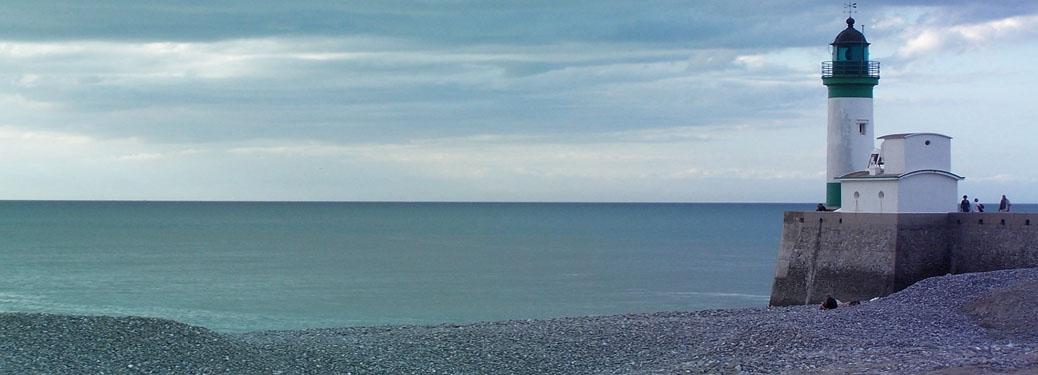 Ein Leuchtturm an der Küste der Normandie